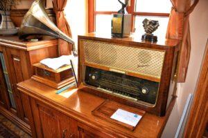 old radio, radio, antiques-1663517.jpg